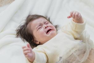泣いてる赤ちゃんの写真素材 [FYI04780198]