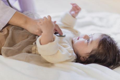 聴診器を当てられる赤ちゃんの写真素材 [FYI04780204]