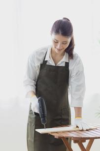 DIYする女性の写真素材 [FYI04780227]