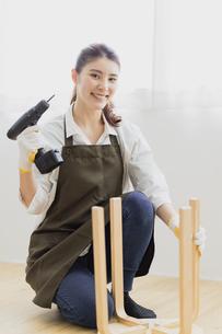 DIYする女性の写真素材 [FYI04780230]