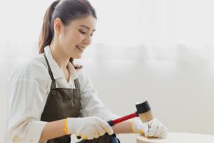 DIYする女性の写真素材 [FYI04780232]