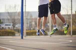 ジャンプで競り合う男性の写真素材 [FYI04780243]