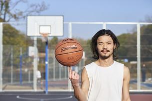 ボールを指の上に乗せる男性の写真素材 [FYI04780244]