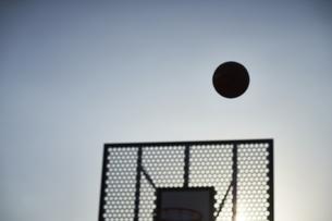 シュートされるボールとゴールのシルエットの写真素材 [FYI04780246]