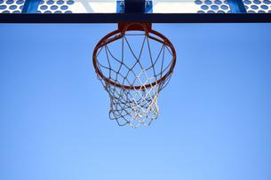 青空とバスケットゴールとシュートされるボールの写真素材 [FYI04780247]