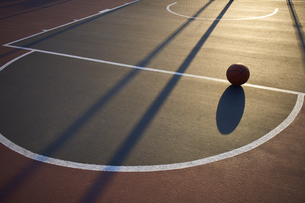 夕日に照らされるバスケットコートの写真素材 [FYI04780248]