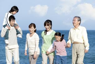 笑顔の三世代家族の写真素材 [FYI04780255]