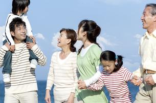 笑顔の三世代家族の写真素材 [FYI04780257]