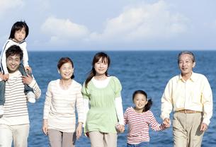 笑顔の三世代家族の写真素材 [FYI04780261]
