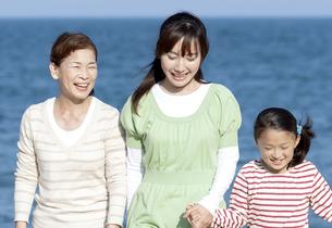 笑顔の三世代家族の写真素材 [FYI04780263]