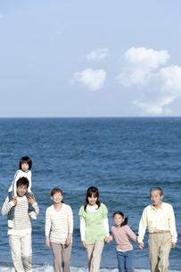 笑顔の三世代家族の写真素材 [FYI04780265]
