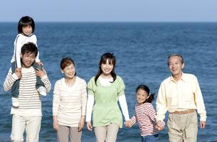 笑顔の三世代家族の写真素材 [FYI04780267]