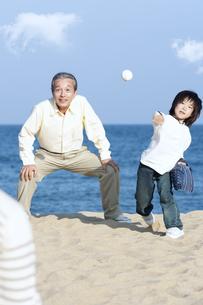 砂浜で野球をする三世代家族の写真素材 [FYI04780296]