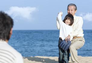 砂浜で野球をする三世代家族の写真素材 [FYI04780298]