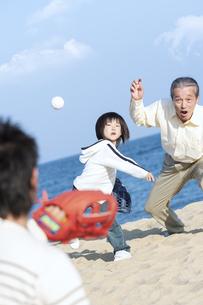 砂浜で野球をする三世代家族の写真素材 [FYI04780301]