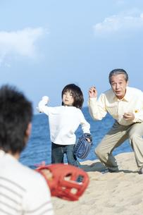 砂浜で野球をする三世代家族の写真素材 [FYI04780304]