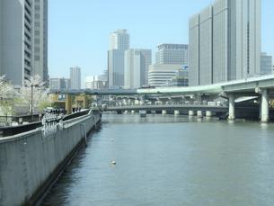 オフィスビルと川の写真素材 [FYI04780307]