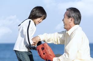 孫に野球を教える祖父の写真素材 [FYI04780313]