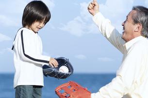 孫に野球を教える祖父の写真素材 [FYI04780315]