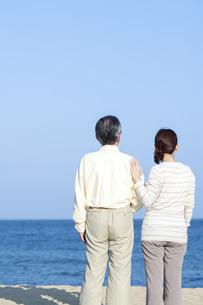 海を見つめるシニア夫婦の写真素材 [FYI04780317]