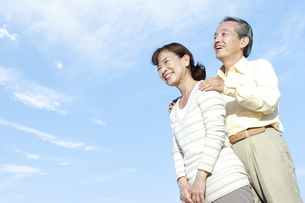 空を見上げるシニア夫婦の写真素材 [FYI04780319]