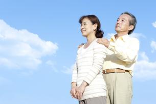 空を見上げるシニア夫婦の写真素材 [FYI04780320]