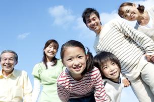 手を繋ぐ笑顔の三世代家族の写真素材 [FYI04780341]