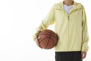バスケットボールを持つ女性の写真素材 [FYI04780352]