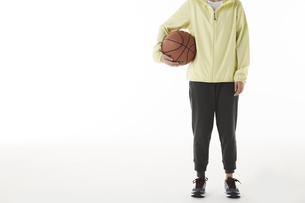 バスケットボールを持つ女性の写真素材 [FYI04780353]