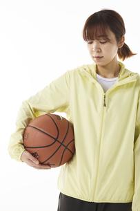 バスケットボールを持つ女性の写真素材 [FYI04780354]