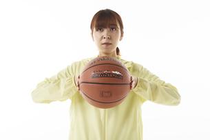バスケットボールを構える女性の写真素材 [FYI04780355]