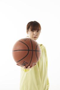 バスケットボールを前に突き出す女性の写真素材 [FYI04780356]