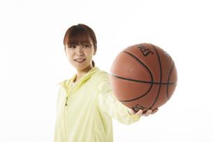 バスケットボールを前に突き出す女性の写真素材 [FYI04780357]