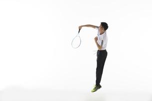 ジャンプしてリターンを打つ男性の写真素材 [FYI04780366]
