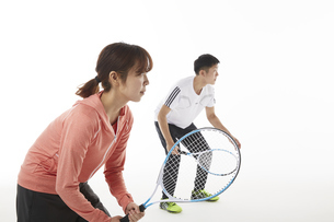 テニスのダブルスでラケットを構える男女の写真素材 [FYI04780367]