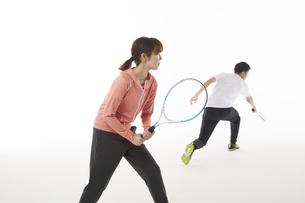 テニスのダブルスでリターンを返す男女の写真素材 [FYI04780368]