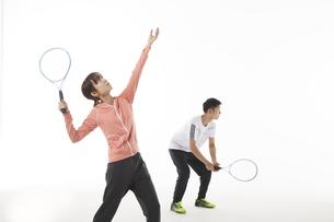 テニスのダブルスでサーブを打つ男女の写真素材 [FYI04780369]