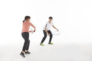 テニスのダブルスでラケットを構える男女の写真素材 [FYI04780370]