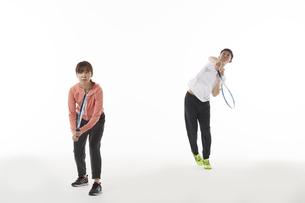 テニスのダブルスでサーブを打つ男女の写真素材 [FYI04780371]