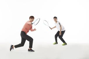 テニスのダブルスでラケットを構える男女の写真素材 [FYI04780373]