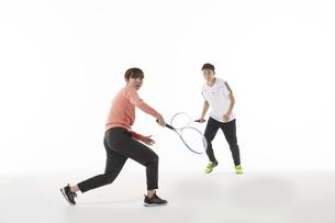 テニスのダブルスでラケットを構える男女の写真素材 [FYI04780374]