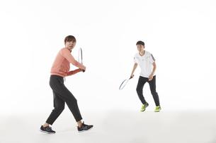テニスのダブルスでラケットを構える男女の写真素材 [FYI04780375]