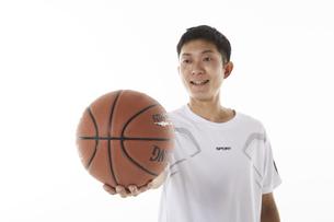 バスケットボールを突き出す男性の写真素材 [FYI04780381]