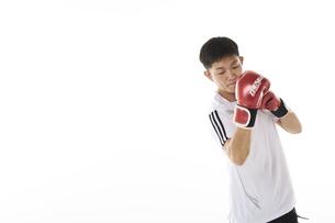 シャドーボクシングをする男性の写真素材 [FYI04780383]