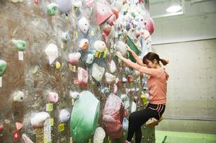 ボルダリングをする女性の写真素材 [FYI04780413]