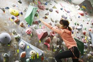 ボルダリングをする女性の写真素材 [FYI04780414]