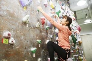 ボルダリングをする女性の写真素材 [FYI04780423]