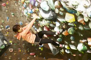 オーバーハングを登る女性の写真素材 [FYI04780424]