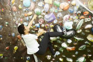 ボルダリングでヒールフックをする男性の写真素材 [FYI04780427]