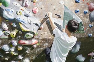 ボルダリングをする男性の写真素材 [FYI04780428]